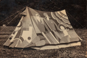 Old Mole, også kjent som Cecil Watt Paul Jones' dekorerte telt. 1931. Foto: Angus McBean, fra Annebella Pollens samling.