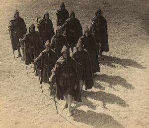 """Kibbo Kift-medlemmer i formasjonen """"wok"""" – Wedge of Kinsmen. 1930. Foto: Angus McBean, fra Annebella Pollens samling."""