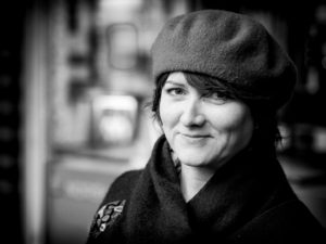 Annebella Pollen er professor i kunst- og designhistorie ved universitetet i Brighton og har skrevet den første boken om Kindred of Kibbo Kift. Foto: Arnfinn Pettersen
